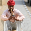 Incantatore di serpenti all'Amber Fort nei pressi di Jaipur, in Rajasthan, India