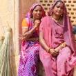 Lavoranti all'Amber Fort nei pressi di Jaipur, in Rajasthan, India