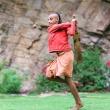Ragazzo che gioca a Cricket al Tempio delle Scimmie presso Jaipur, in Rajasthan, India