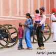 Famiglia in visita al Royal Palace a Jaipur, in Rajasthan, India