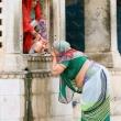 Fedele al Tempio delle Scimmie presso Jaipur, in Rajasthan, India