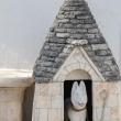 Scultura di cane in un trullo ad Alberobello, Puglia
