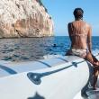Turista su un gommone nei pressi del Golfo di Orosei, Sardegna
