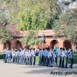 Giovani indiani presso l'ingresso sud del Taj Mahal - Agra, India