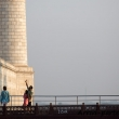 Turisti indiani presso un minareto del Taj Mahal - Agra, India