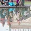 Riflessi delle turiste presso il Taj Mahal - Agra, India