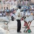 Ambulante che lavora sulla riva del Gange a Varanasi, Uttar Pradesh, India