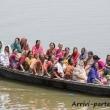 Barca con fedeli sul Gange a Varanasi, Uttar Pradesh, India