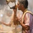 Cerimoniere sulla riva del Gange a Varanasi, Uttar Pradesh, India