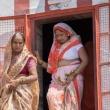 Donne Indù sulla riva del Gange a Varanasi, Uttar Pradesh, India