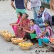 Donne che vendono fiori a Varanasi, Uttar Pradesh, India