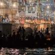 Fedeli indù sulla riva del Gange per una cerimonia a Varanasi, Uttar Pradesh, India