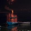 Fuochi d'artificio sulla riva del Gange dopo una cerimonia a Varanasi, Uttar Pradesh, India