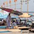 Indù che si riposano sulla riva del Gange a Varanasi, Uttar Pradesh, India