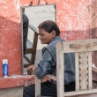 Indù dal parrucchiere a Varanasi, Uttar Pradesh, India