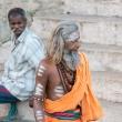 Indù nel pressi della riva del Gange a Varanasi, Uttar Pradesh, India