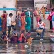 Indù nelle acque del Gange a Varanasi, Uttar Pradesh, India