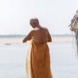 Indù sulla riva del Gange a Varanasi, Uttar Pradesh, India