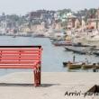 Panchina sulla riva del Gange a Varanasi, Uttar Pradesh, India