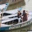 Turiste su una barca sul Gange a Varanasi, Uttar Pradesh, India