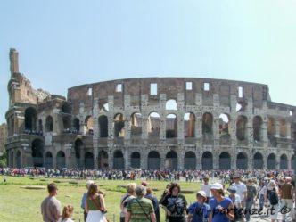 Il Colosseo e la folla di turisti , Roma