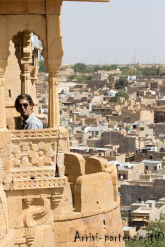 Turista seduto in un balconcino del Forte a Jaisalmer, Rajasthan