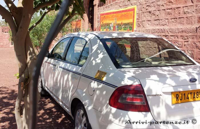 Come spostarsi in Rajasthan l'auto di Karni