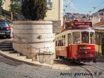 Tram nel traffico cittadino a Lisbona, Portogallo