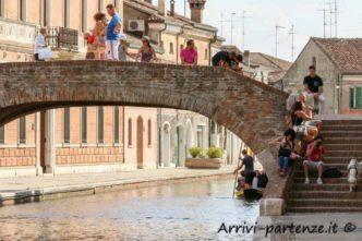 turisti-sul-ponte-sul-canale-di-comacchio-emilia-romagna