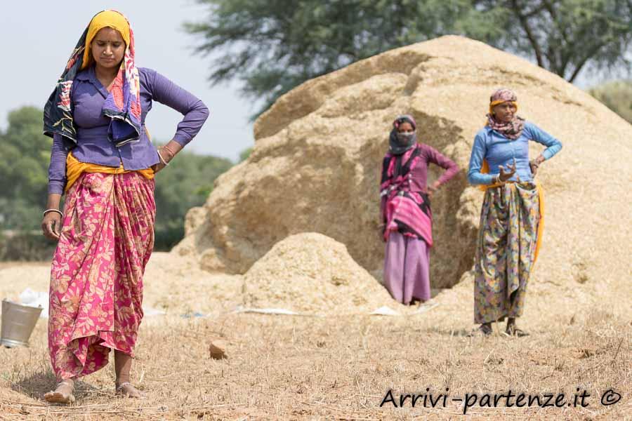 Popolazione locale presso il Pozzo Chand Baori ad Abhaneriin Rajasthan, India