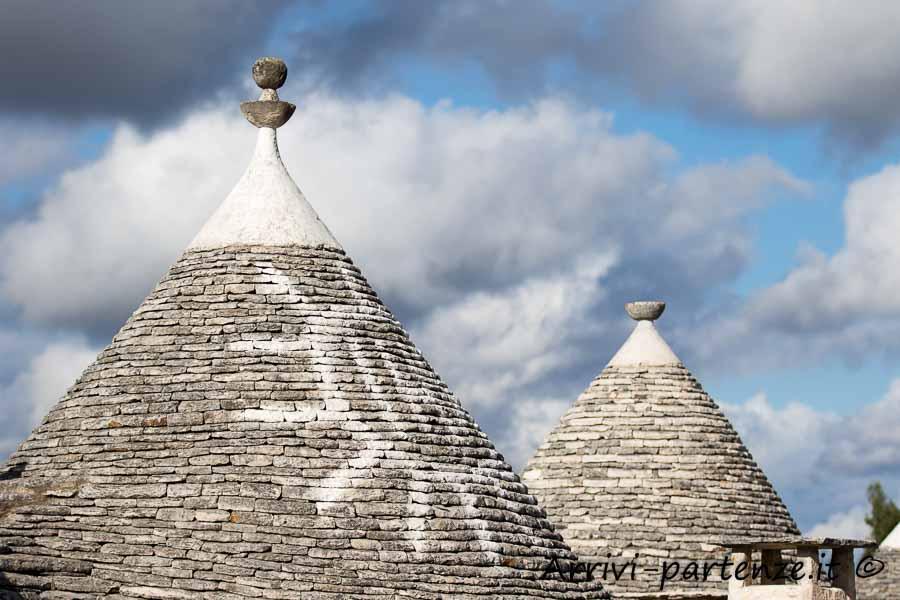 Simbolo sul tetto in pietra del trullo ad Alberobello, Puglia