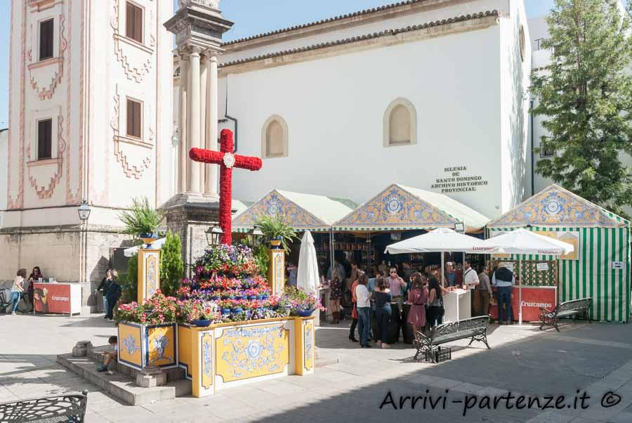 Croce di fiori durante la Festa popolare delle Croci di Cordova, Spagna