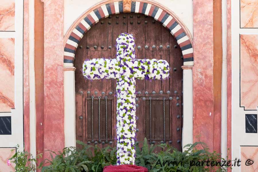 Croce di fiori presente durante la Festa popolare delle Croci a Cordova, Spagna