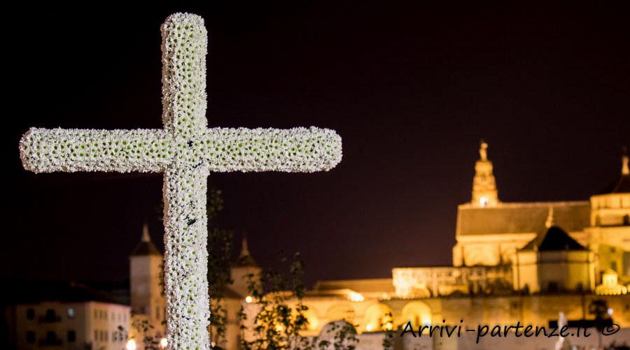 Croce di fiori alla Festa popolare delle Croci nella notte con vista della Mesquita a Cordova, Spagna