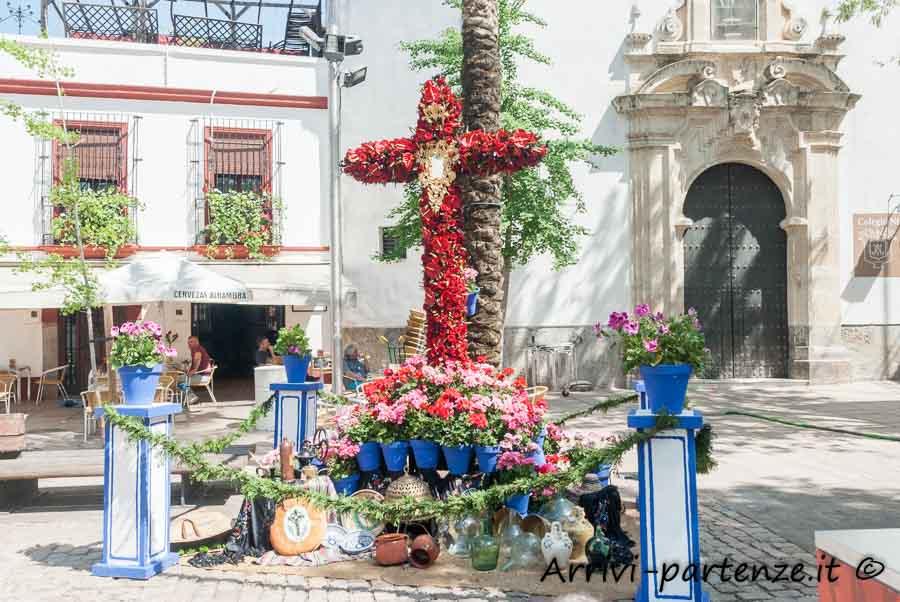 Croce di fiori presente durante la Festa popolare delle Croci in Plaza de las Canas a Cordova, Spagna