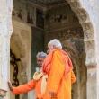 Monaci al Tempio delle Scimmie presso Jaipur, in Rajasthan, India