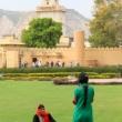Turiste al Jantar Mantar presso Jaipur, in Rajasthan, India