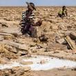 Operai della lavorazione della pietra presso il Lago Assa Ale, Etiopia