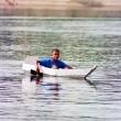 Ragazzo su canoa navigando sul Nilo, Egitto