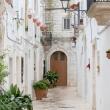 Vicolo nel centro storico di Locorotondo, Puglia