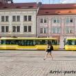 Strada con il tipico tram giallo di Pilsen, Repubblica Ceca