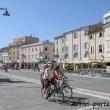 Famiglia in bicicletta in Piazza Tre Martiri, Rimini