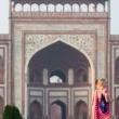 Indiana in abiti tradizionali presso l'ingresso sud del Taj Mahal - Agra, India