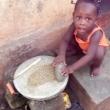 Bambina intenta a macinare delle spezie , Togo