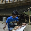 Artista di strada sulla riva del Gange a Varanasi, Uttar Pradesh, India