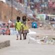 Bambini Indù sulla riva del Gange a Varanasi, Uttar Pradesh, India