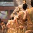 Cerimonieri sulla riva del Gange a Varanasi, Uttar Pradesh, India