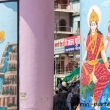 Dipinti sulla riva del Gange a Varanasi, Uttar Pradesh, India