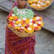 Donna Indù che vende fiori a Varanasi, Uttar Pradesh, India