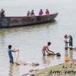 Indù che lavano i panni nel Gange a Varanasi, Uttar Pradesh, India